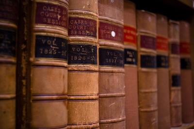 Eine ausgiebige Recherche in einer Bücherei ist oftmals unerlässlich.