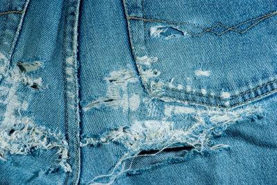 Eine Jeans im Used Look mit aufregenden Strukturen können Sie auch selber machen.