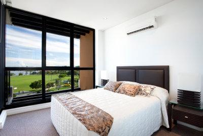 Eine Klimaanlage sorgt für angenehme Raumkühlung.