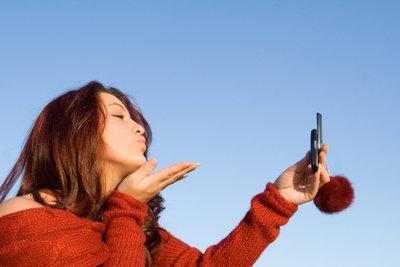 Telefonieren hilft bei einer Fernbeziehung die Sehnsucht nach dem Freund etwas zu lindern.