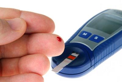 Mit so einem Meßgerät können Sie den Blutzuckertest selber machen.