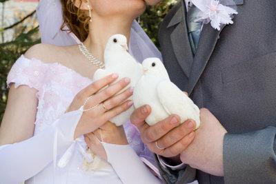 Eine alte Tradition: Weiße Tauben zur Hochzeit; sie stehen für Glück und Liebe.