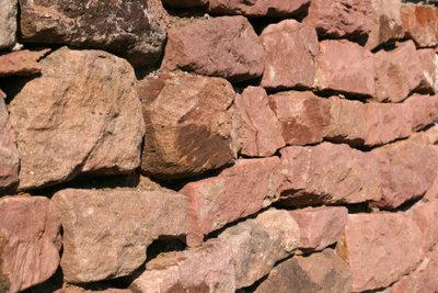 Kosten für eine Natursteinmauer sind niedrig.