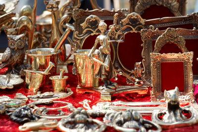 Besuchen Sie einen Antiquitätenmarkt in Köln.