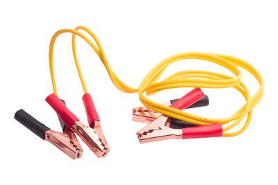 Sollte die Autobatterie leer sein, können Sie das Auto mit einem Starthilfekabel starten