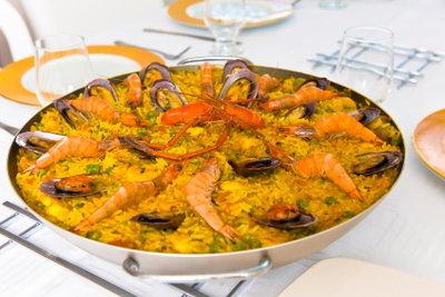 Eine echte Paella gehört zu einem spanischen Abend.