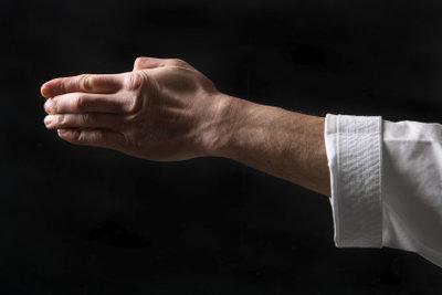 Der Handkantenschlag im Karate muss sauber ausgeführt werden damit er wirkt.