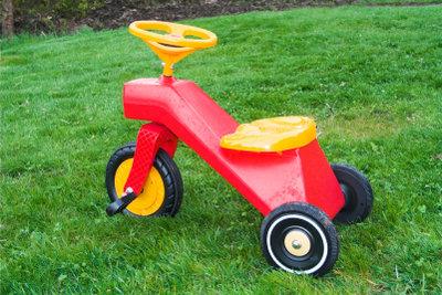 Ein Dreirad bereitet den Kindern Freude.