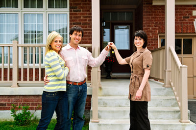 Der Immobilienmakler hat das Traumhaus.