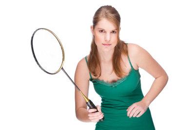 Testen Sie verschiedene Badmintonschläger.
