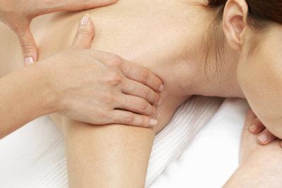 Massagen helfen bei Muskelverhärtungen.