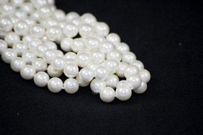 Prüfen Sie Perlenketten vor dem Verkaufen.