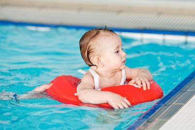 Babyschwimmen fördert die Entwicklung.
