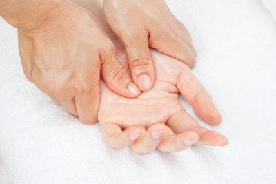 Massagen helfen beim Krampf im Unterarm.
