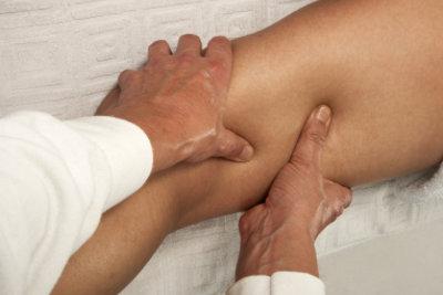 Massagen können bei einer Adduktorenzerrung helfen.