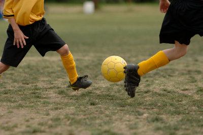 Schienbeinschoner schützen das Bein vor Verletzungen.