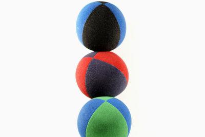 Jonglieren Sie mit drei Bällen.