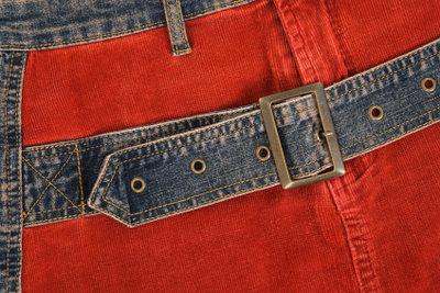 Rote Hosen sollten gut kombiniert werden.