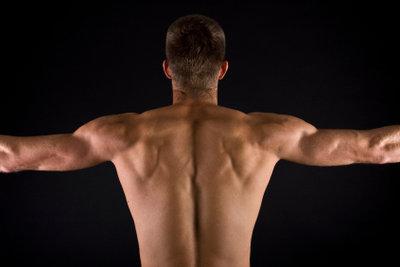 Kraftübungen helfen, die Rückenmuskeln zu stärken.