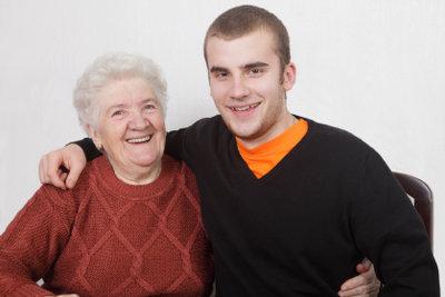 Seine Oma unterstützt ihn beim Erwachsenwerden!