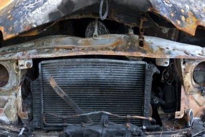 Rost am Auto unbedingt gründlich entfernen.
