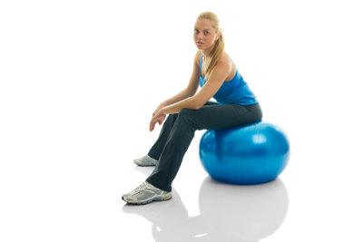 Rückenschonende Alternative: Sitzen auf dem Pezziball.