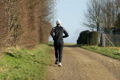 Mit Hanteln zu laufen, erfordert Vorsicht.