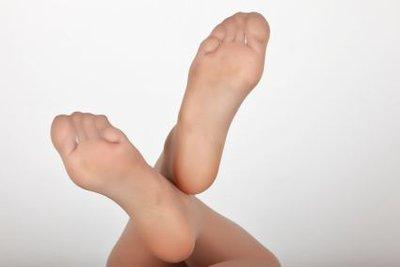 Es gibt gute Mittel gegen Fußpilz.
