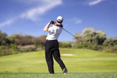 Ein voller Schwung beim Golf.