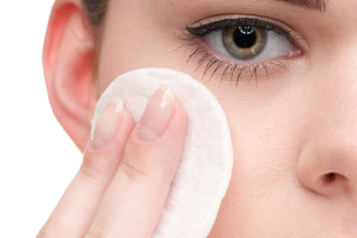 Verhindert Sie geschwollene Augen durch gute Pflege.