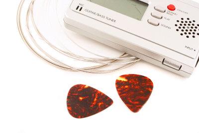 Eine Gitarre auf Dropped C stimmen.
