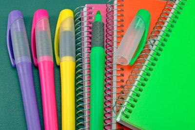 Schreibwaren sind praktische Geschenke zur Schuleinführung.
