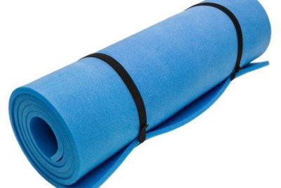 Trainieren Sie Yoga auf einer Unterlage.