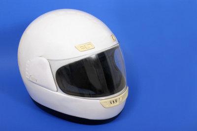 Dekor-Aufkleber richtig auf einem Helm anbringen.