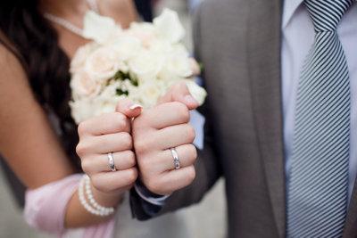 Ehepaare füllen die Steuererklärung gemeinsam aus.