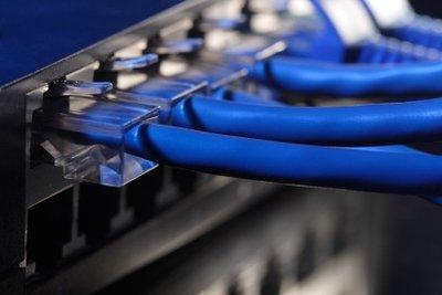 LAN-Kabel verbinden Rechner und Geräte.