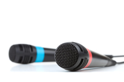 Mit UltraStar können Sie Karaoke singen.