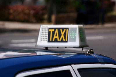 Taxi vorbestellen und pünktlich ankommen.