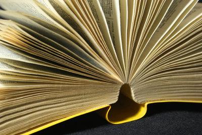 Viele Menschen lesen gern Bücher unbekannter und neuer Autoren.