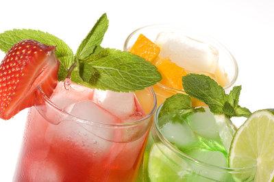 Cocktails werden mit Sodawasser gemixt.