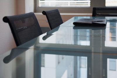 Glastisch-Abstandshalter aus Gummi verlieren Flexibilität.