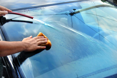 Renigen Sie das Auto vor dem Polieren gründlich.