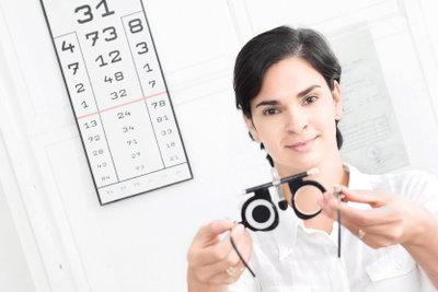 Melden Sie Augenverletzungen bei der Unfallversicherung.