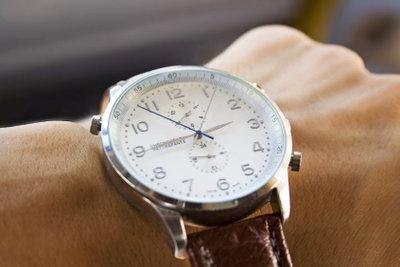Eine Uhr kann als Kompass dienen.
