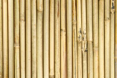 Ein Bambuszaun ist schnell montiert.