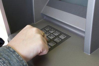 Geld kann man an Automaten abheben.