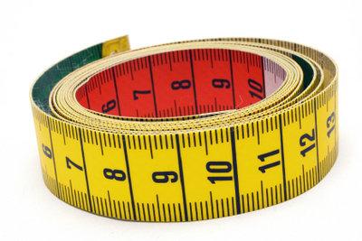 Maßbänder helfen beim Ändern der Anzuggröße.