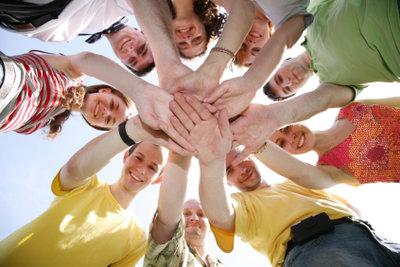 Hüttenspiele für Erwachsene stärken die Gemeinschaft.