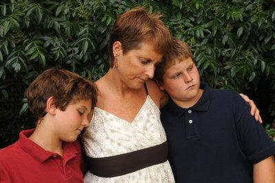 Nach dem Tod eines Elternteils kann die Halbwaisenrente finanziell helfen.