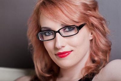 Eine Brille unterstreicht den Brillenträger.